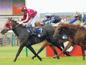 Raqiyah leads pack home in Chantilly